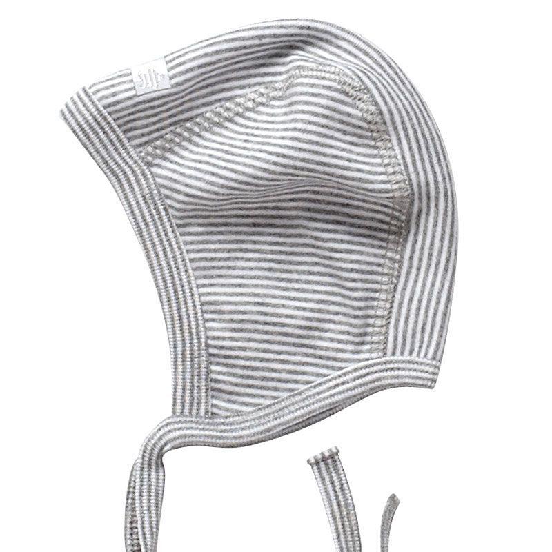 Hjelm i bomuld fra joha - grå/hvid stribet fra Joha fra babygear.dk